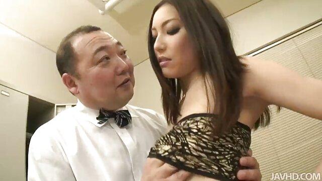 Porno sans inscription  Kinky brune aux seins ronds parfaits se fait lécher la chatte humide sur le canapé film complet porno vf